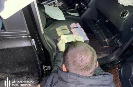 Результат пошуку зображень за запитом У Житомирі на хабарі в 500 доларів затримали патрульного, який пообіцяв віддати авто зі штрафмайданчика